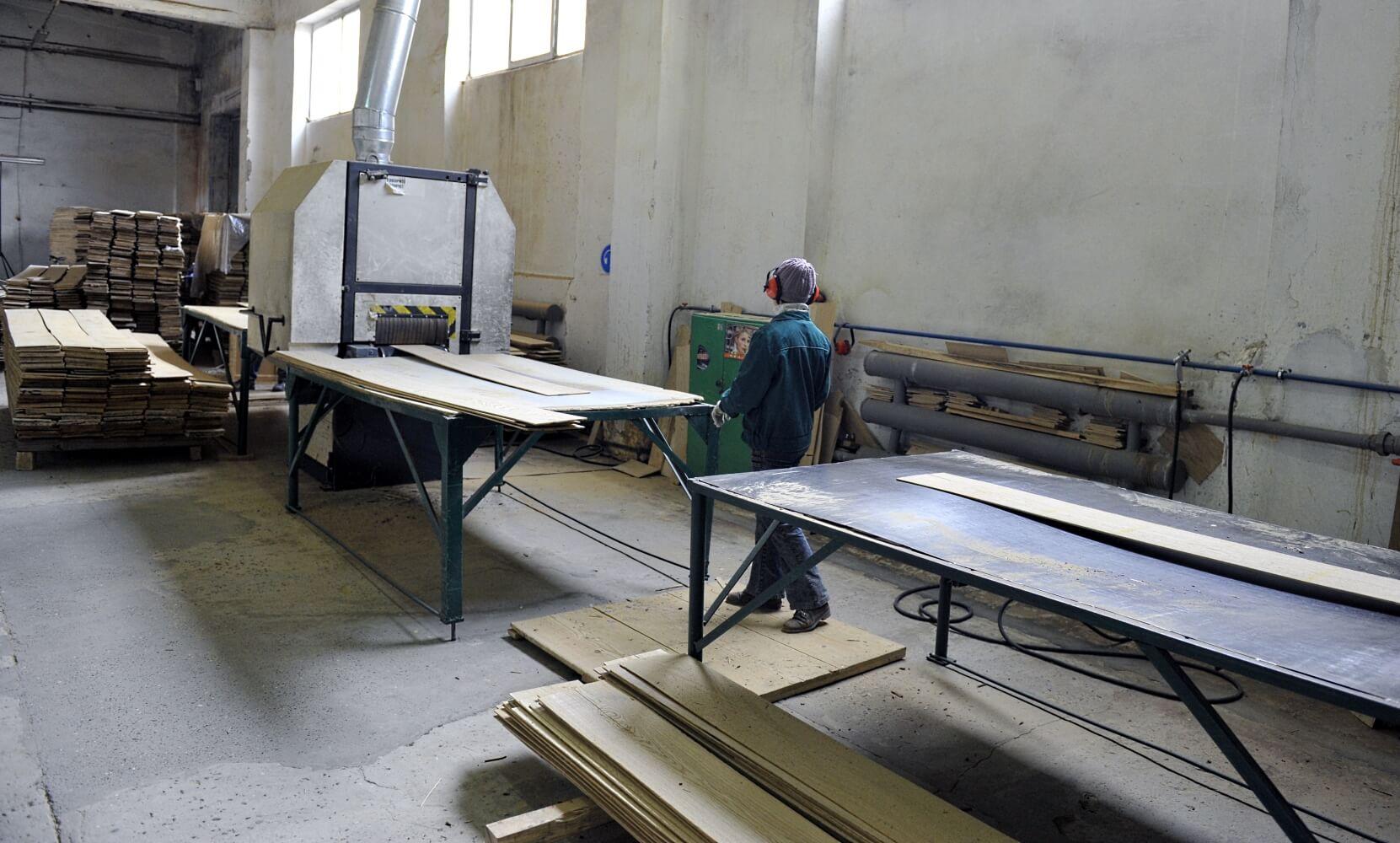 LLC IE Ukrlisexport, we produce and export lamellas (sawn veneer) from oak, beech, ash