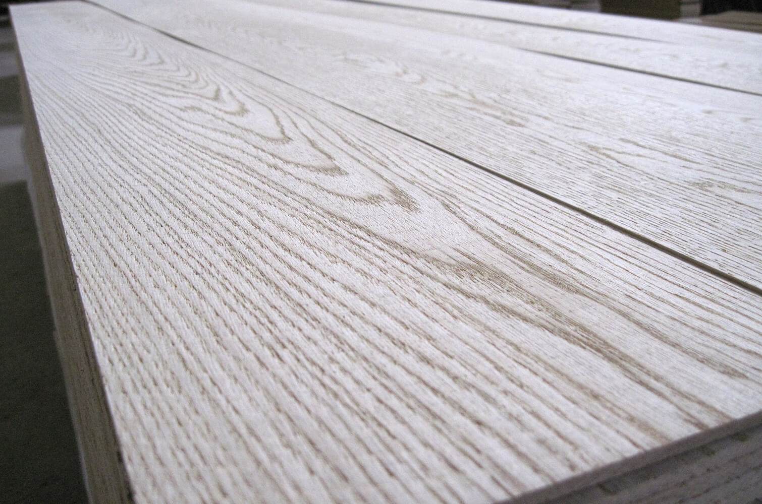 LLC IE Ukrlisexport, we produce and export lamellas (sawn veneer) from oak, beech, ash